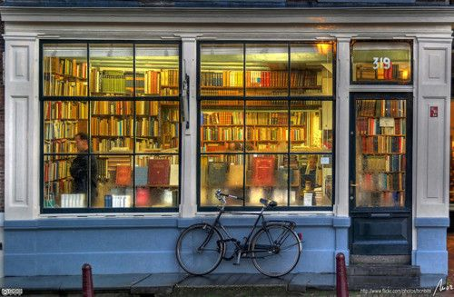 one of my all time favorite photos- wouldnt you love to be in that bookshop?