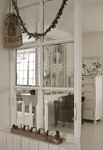 DIY: Repurposed Window Room Divider  i dont speak the language, but i love the site this takes you to