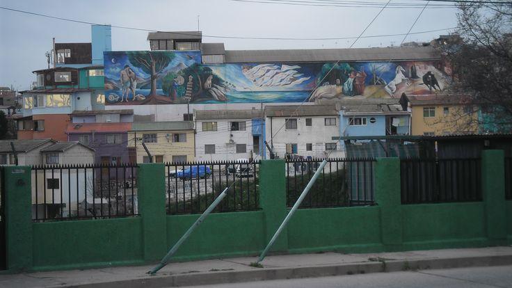 Mural al costado de la Sebastiana (casa de Neruda), que se logra observar desde la Avenida Alemania.