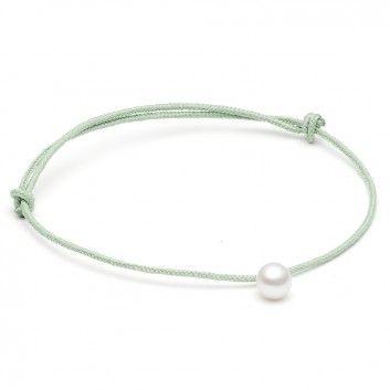 Das zarte Armband in Grün von der dänischen Newcomerin Louise Kragh ist mit einer filigranen weißen Süsswasserperle verziert.