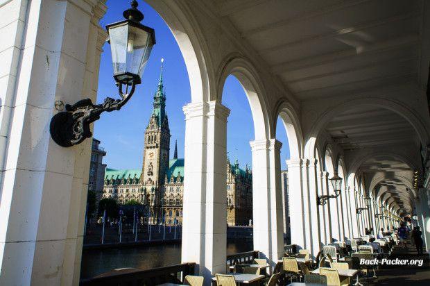 Das Rathaus von Hamburg ist fast genauso breit wie hoch