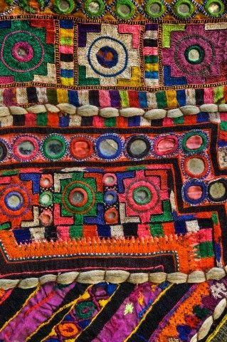 Tradicional tejido hecho a mano bordada indio. Los colores brillantes y diseños intrincados de muchos textiles a nivel mundial de origen-es una manera fácil de agregar rápidamente el interés de un espacio neutral.