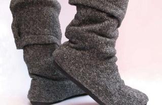 stivali e pantofole da vecchi maglioni