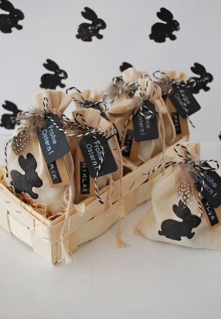 Mit Süssigkeiten gefüllt und mit Etiketten und einer Feder verziert, werden die Beutelchen als kleine Osterüberraschungen verschenkt.
