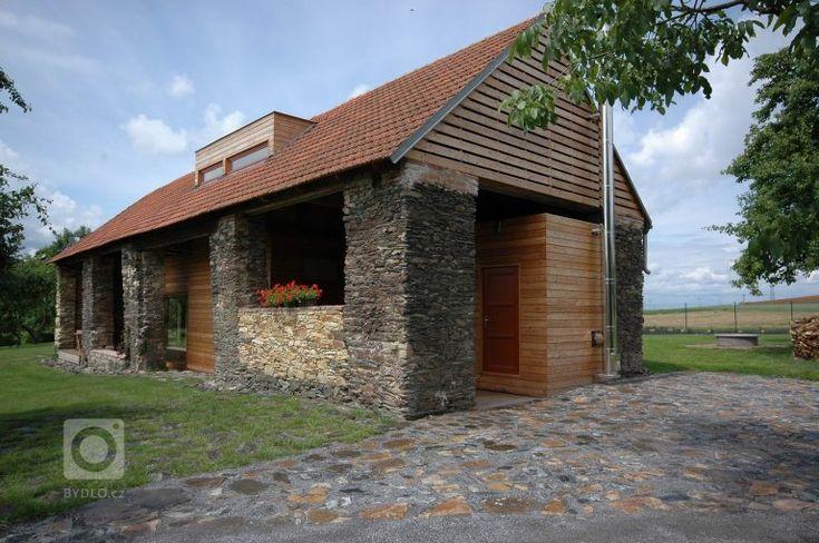 """Motto: """"Využít a (ale) zachovat specifický prostor staré stodoly"""".    Kamenná stavba 150 let stará tvoří sarkofág pro novou stavbu, která je…"""