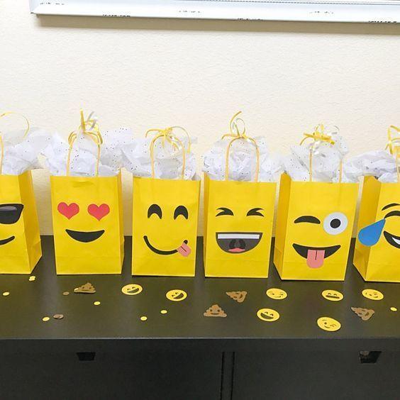Tolle Idee für die Gastgeschenke zur Emoji-Party am Kindergeburtstag. Danke dafür Dein blog.balloonas.com #kindergeburtstag #motto #mottoparty #party #kinder #balloonas #gastgeschenk #giveaway #smiley #emoji
