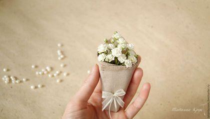 Брошь цветок `Холщовый кулёчек` с белыми цветами гипсофилы отлично подойдёт для образов в стилях: это, бохо, деревенский, кантри. Брошь цветок - украшение ручной работы.