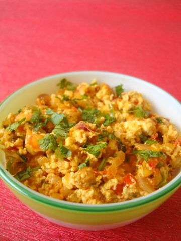 A chunk of paneer was sitting in the refrigerator crying out to be used. As to what to make with it was easy. Paneer Bhurji.