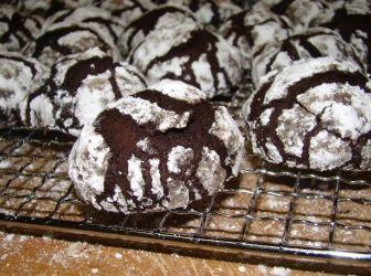 Csokoládé pattogós sütemény recept | ApróSéf.hu: Ez egy amerikai sütemény Martha Stewart-tól származik, de már láttam magyarosított pöfeteg sütemény néven. Bár kinézetre olyan, mint egy puszedli, ez nem az, kívül ropogós belül pedig lágy és főleg nagyon csokis. Szerintem hasonlít a Brownie-hez. Leszámítva, hogy picit pihennie kell a tésztának a sütőben nagyon gyorsan készen van. http://aprosef.hu/csokolade_pattogos_sutemeny_recept