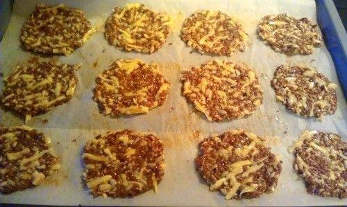 Leinsamen Cracker  -  mein Brotersatz Rezept Frühstück, Abendessen, Zwischendurch - Gesund Abnehmen! Low carb, wenig Kohlenhydrate und viel Fett! Alle Zutaten miteinander verrühren. Einen Schluck lauwarmes Wasser zugeben und 15 Minuten quellen lassen. Den Backofen auf  max.170°C vorheizen (nicht höher, da Pflanzenfette nicht sehr Hitzestabil sind. Mehrfach ungesättigte Fette (Alpha-Linolensäure/Omega 3+6) können durch Hitze denaturieren und sich in Transfette verwandeln.     Die Masse in...