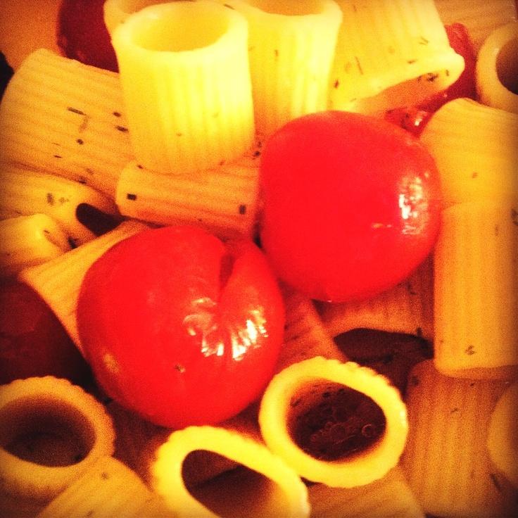 solo #pasta, #pomodori e #erba #cipollina. Un filo d'olio, ma proprio un filo. #foodie #tavola #foodfast #semplicità  pasta, #tomatoes, and #spicies. Semplicity on food :)
