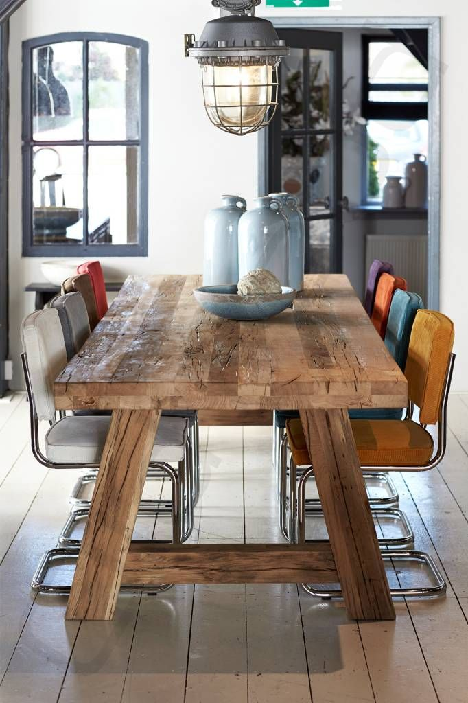 Stoer & robuus wonen | Grove eettafel & gekleurde stoelen