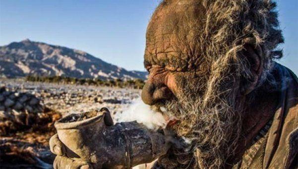 Este es el hombre más sucio del mundo  El iraní Amoo Hadji se alejó de la civilización con la firme promesa de no volver a tomar un baño y, hasta el momento, ha cumplido con su cometido: lleva 60 años...  http://www.diariopopular.com.ar/notas/180681-este-es-el-hombre-mas-sucio-del-mundo