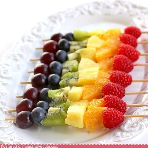 rainbow fruits: Idea, Rainbows Fruit Skewers, Rainbowfruit, Rainbows Fruit Kabobs, Snacks, Rainbows Parties, Fruitkebabs, Fruit Kebabs, Fruitkabob