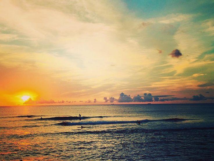 沖縄西海岸 海の中から見る夕日はとても綺麗です 沖縄西海岸のサーフポイントです 天気が良くコンディションが良ければ最高に気持ちいですね 沖縄の綺麗な海でサーフィン始めませんか #沖縄 #サンセット #サーフィン #西海岸 #海 #空 #太陽 #雲 #綺麗 #最高 #シーナサーフ #体験サーフィン #okinawa #sunset #sun #seanasurf #sea #summer #sky #cloud #beautiful #good #thankyou #excitement #surprise