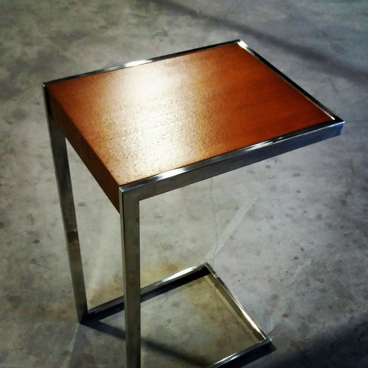 Mesa auxiliar de acero y roble.