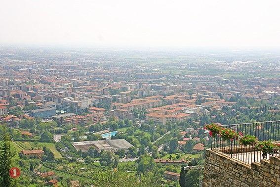 - BERGAMO CITTA ALTA _ SAN VIGILIO  Prestigiosa porzione indipendente di immobile situata in una delle posizioni di maggior pregio e panoramicità di Bergamo alta, distante pochi passi dal centro di città alta con vista mozzafiato dell'intera pianura Padana e della città vecchia.  Immobile indipendente di mq 220 dislocato su 4 livelli dotato di 25 mq di cantina, 120 mq di terrazze panoramiche, grande autorimessa tripla di mq 84 e giardino terrazzato privato di mq 880.  Internamente l'immobile…