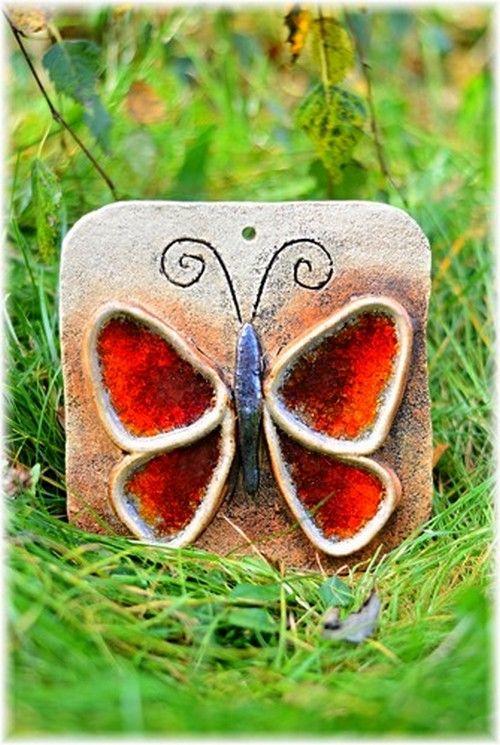 Motýl Kachle na pověšení ze šamotové hlíny, zdobená tavným sklem. Rozměr cca 18x18 cm.