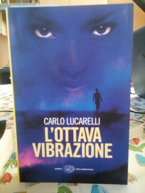 L'ottava vibrazione di Carlo Lucarelli.