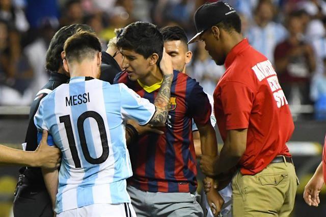 Lo que no se vio: Messi al rescate de un fanático y la reacción de Martino con un hincha que lo insultó por ponerlo de suplente  Messi al rescate de un fanático que saltó a la cancha. Foto: AP