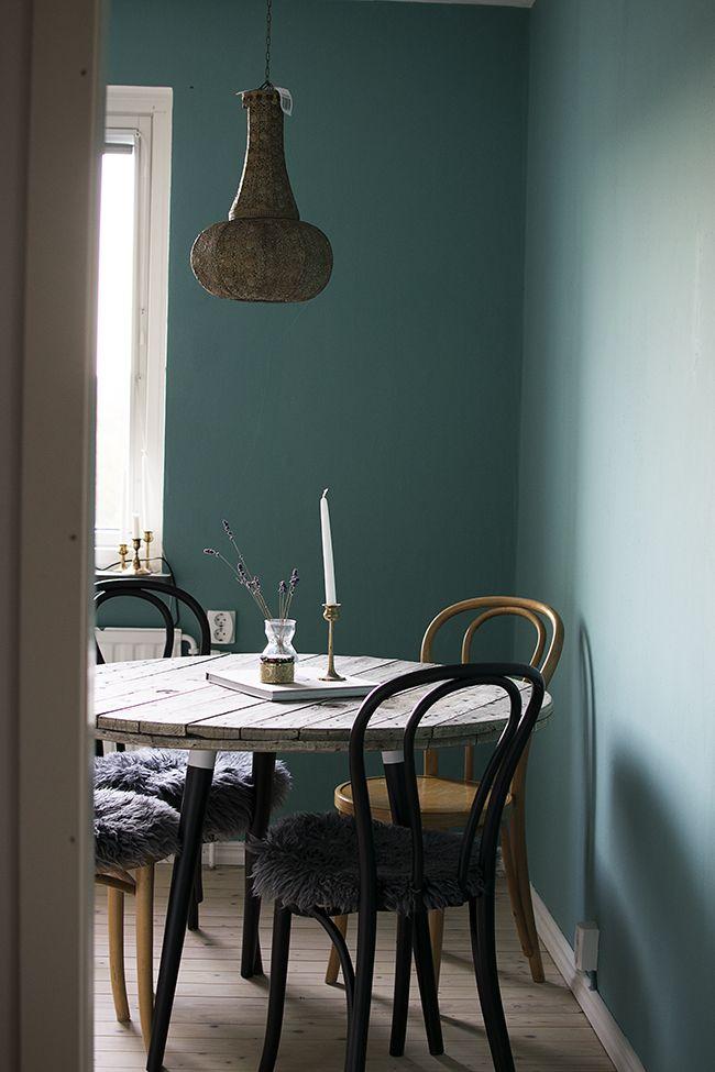bord av kabeltrumma (slipad sammetslen med sandpapper) och ben från IKEA. blogg anna storm