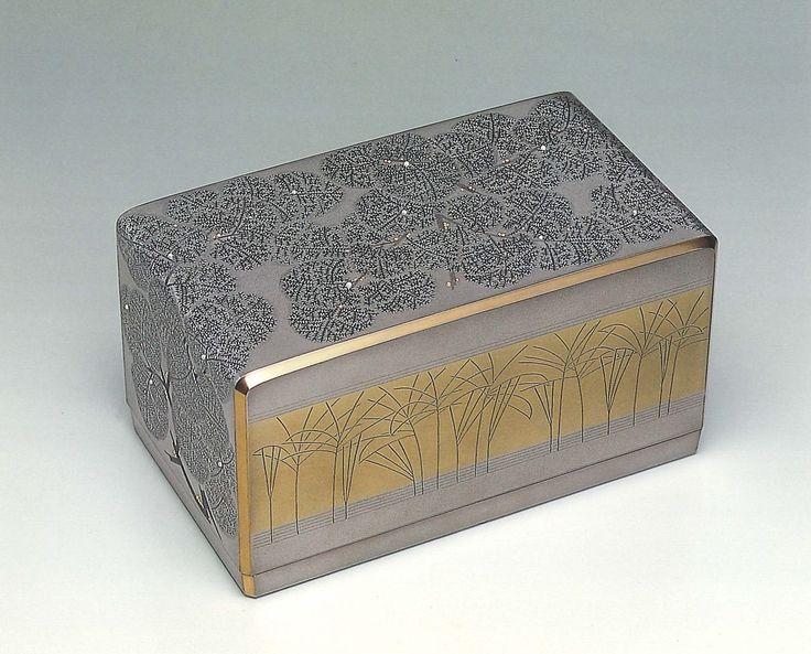 """【ギャラリージャパン】沈黒緑陰箱「能登有情」をご紹介します。ギャラリージャパンは、日本が誇る最高の美""""伝統工芸品""""を世界へ発信します。人間国宝や工芸作家が作る優れた伝統文化作品(写真)をご覧ください。"""