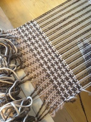 Geek Grrl Crafts: Rigid-heddle weaving with commercial yarn in hounds-tooth pattern