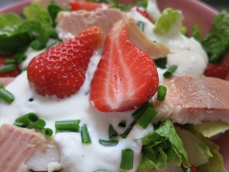 Low Carb Rezepte von Happy Carb: Erdbeer-Forellen-Salat - Die fruchtige Erdbeere und die geräucherte Forelle harmonieren perfekt im Salat.