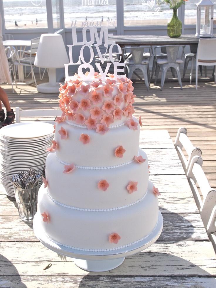 Heerlijke zomerse kleur, deze coral flowers Bridescake. Perfect voor het strandhuwelijk! La Mia Torta - www.lamiatorta.nl