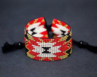 Rood en groen authentieke Indiaanse gerolde armband, Algonquin Ojibwe Design, Loom gerolde armband, Boho armband, zaad parel sieraden