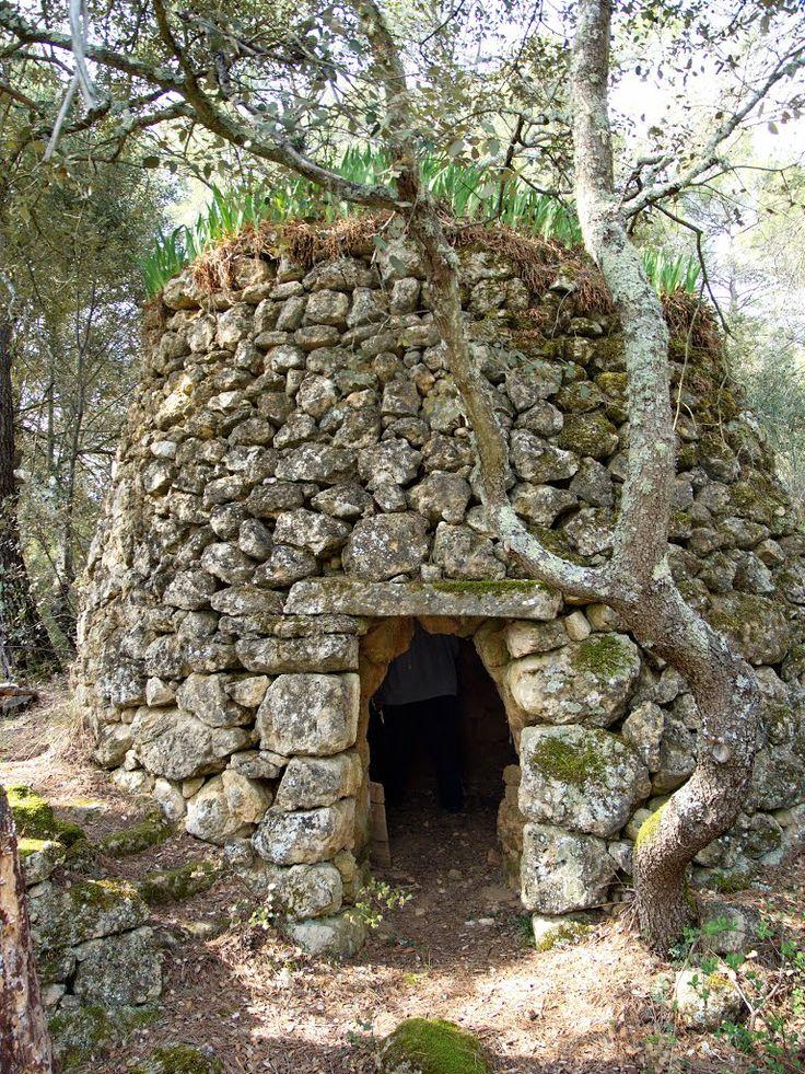cabane en pierre sèche couverte d'iris Provence