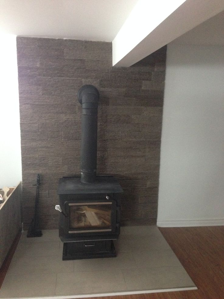 Espace foyer avec céramique et mur en pierre // Fireplace with ceramic flooring and stone wall