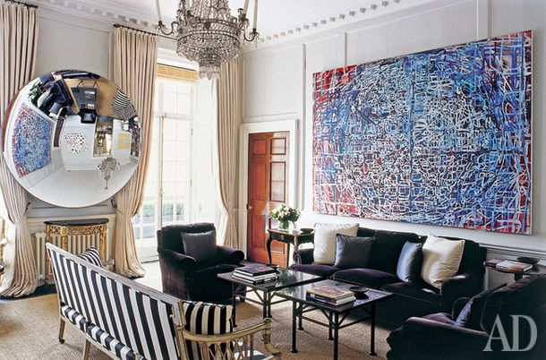Ключевые детали гостиной в парижской квартире дизайнера Фредерика Мешиша – большая абстрактная картина Терри Уинтерса и огромное зеркало-линза.