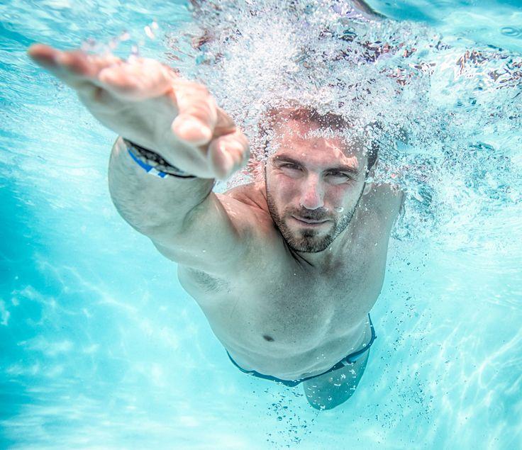 NATAÇÃO E DIABETES O exercício aeróbico, em geral, tem sido associado à melhora da função cardiorrespiratória, ao controle dos níveis de glicose e de peso. Natação não é uma exceção, mas o que é particularmente benéfico sobre esta atividade, em oposição a outras formas de exercício aeróbico, é que é de baixo impacto e, ainda assim, continua sendo um treino para o corpo inteiro.