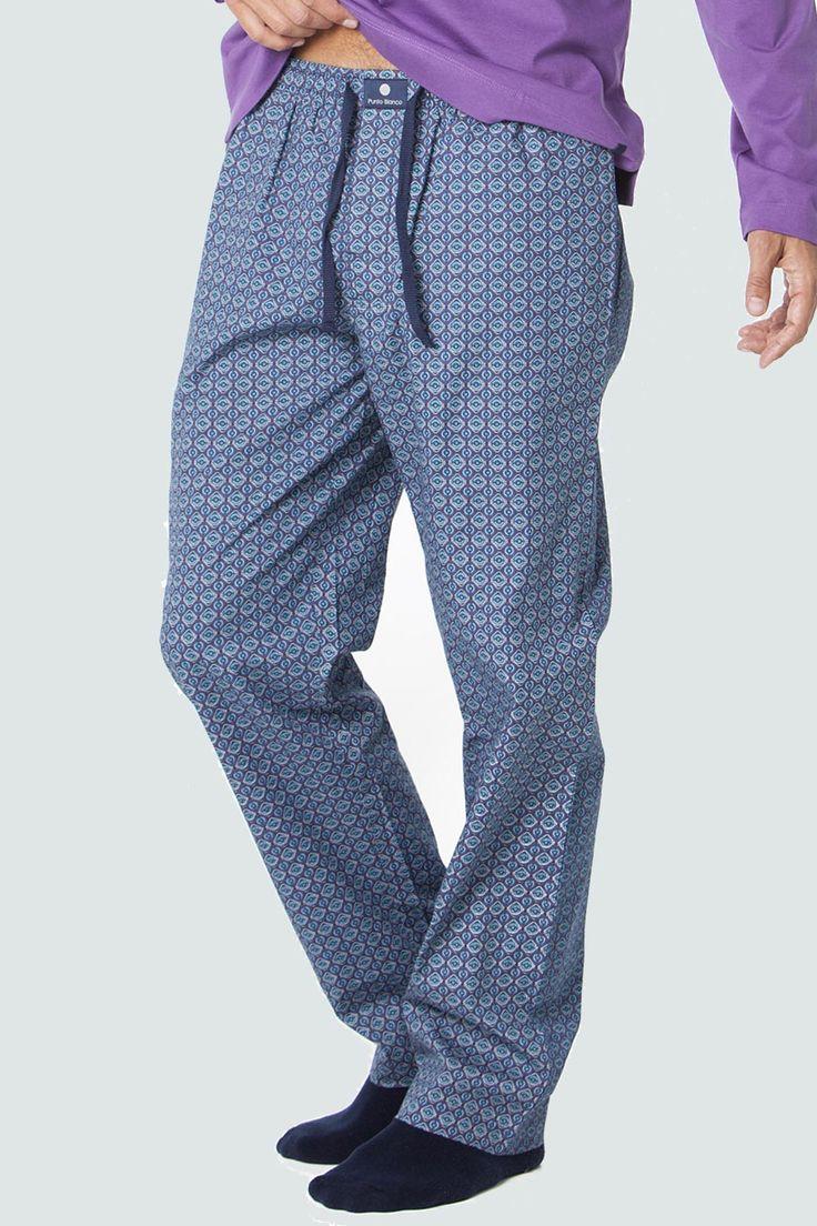 Pantalón largo de tela 100% algodón. Con estampado estilo corbatero en tonos morado y azul. Ideal para combinar con la camiseta de la misma colección.