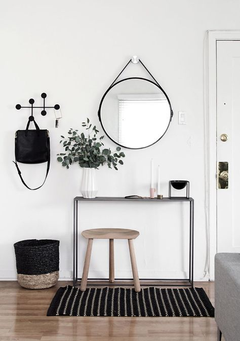 Du miroir rond suspendu très tendance à la console fine & étroite en métal noir, rien ne manque à cette entrée fonctionnelle au design scandinave