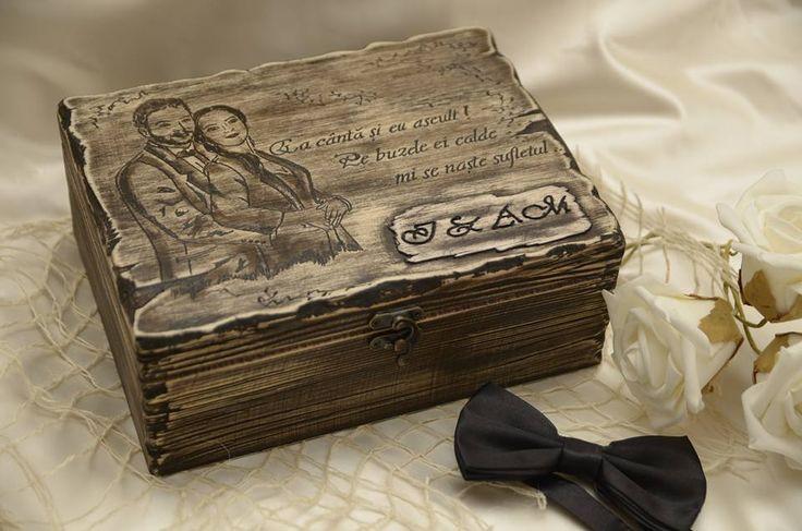 Cutie pentru el si ea decorata prin gravura, compartimentarea este realizata manual, cu separeuri si fund imbracate in catifea neagra