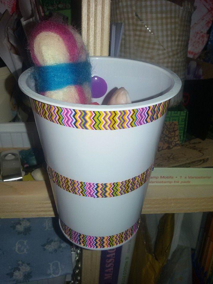 Bicchiere in plastica rinnovato con washi tape e utilizzato come porta oggetti