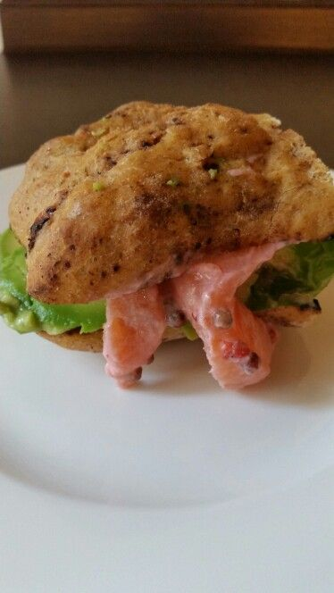 Panino gourmet: pane al cioccolato, salmone marinato con le fragole,  crema di avocado in avocado e pepe rosa