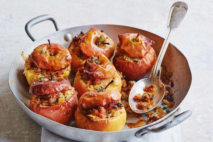 Een knapbijgerecht dat veel fans zal vergaren: gevulde appeltjes met tijm en pancetta. Hartig en zoet tegelijk. Een ideaal paasbijgerecht, want de appels zijn tot aan het bakken toe goed voor te bereiden. gevulde appels uit de oven bijgerecht | 8 personen 9 kleine rode appels 50 g boter, in blokjes 1 kleine ui, fijngesneden … (Lees verder…)