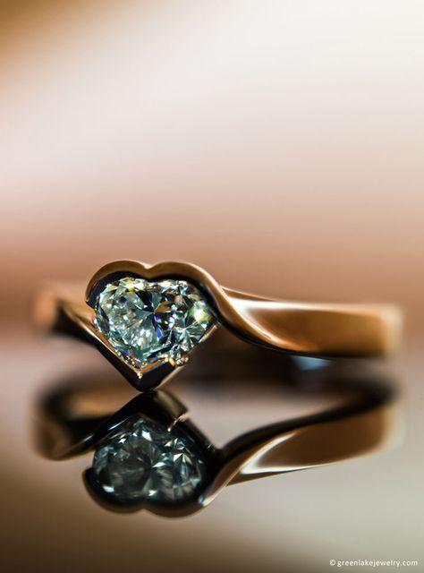 Custom made 18K Rose Anel do envoltório do ouro com coração-Cut Diamond Center. / Custom made 18K Rose Gold Wrap Ring with Heart-Cut Center Diamond.