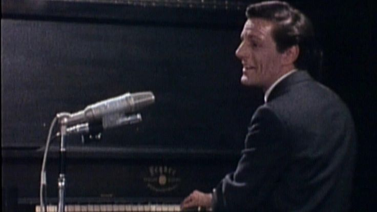Claude Léveillée nous livre avec émotions deux de ses plus grandes chansons : Les vieux pianos et Avec nos yeux.