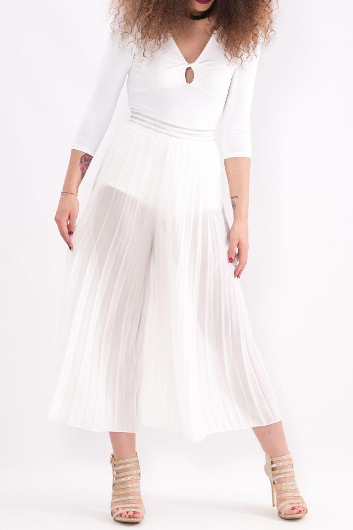 Pantagonna realizzata con l' iconico tessuto a pieghette che regala movimento e leggerezza a tutto il capo. Ha una fascia elastica in vita decorata da righe argentate. Il pantalone arriva fino a metà caviglia.  #pantalone #donna #dani #moda #bianco #ecommerce