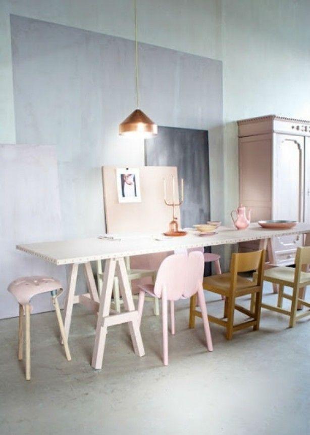 Mooie combinatie van de lichtroze stoelen en grijze muren