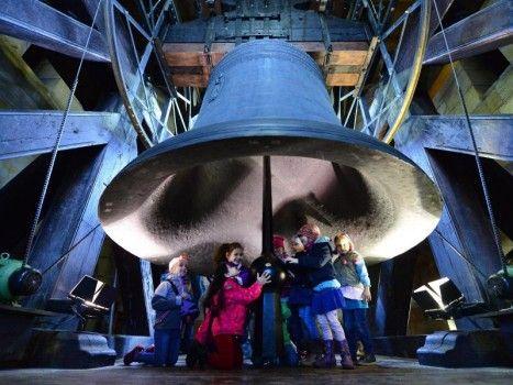 Visita della Gloriosa: un gruppo di alunni della scuola materna si è riunito sotto la più grossa campana medievale del mondo. La «regina delle campane» pesa undici tonnellate e mezzo e misura due metri e mezzo di altezza.