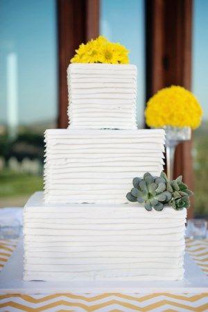 Потрясающие площади, 3-уровневый свадебный торт с желтыми цветами и суккулентов - фотографии к апрелю Смит энд ко.