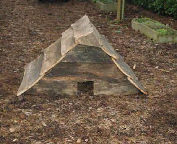 Egelhuis bouwen om egels te laten overwinteren in uw tuin. Egels winterslaap gunnen in een mooi egelhuisje. De ideale slaapplaats voor de winterslaap.