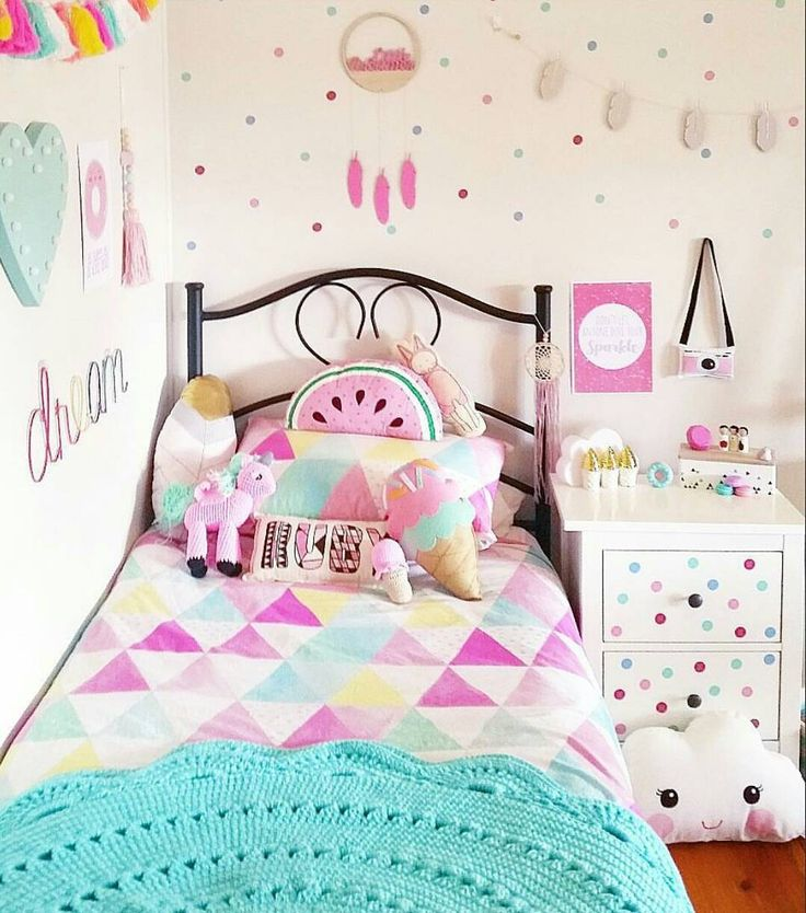 """136 curtidas, 6 comentários - Shop now open! 😊 (@hazel_loves_ivy) no Instagram: """"Such a gorgeous room by @threegirlstogether! The Hazel Loves Ivy ice cream cushion looks great…"""""""