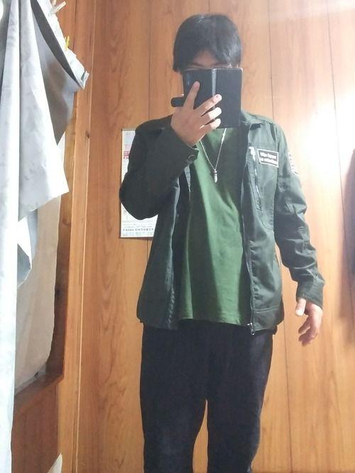 本日の着こなし。秋なのでミリタリージャケット着ました。 黒のボトムスなので、インナーとアウター色を合