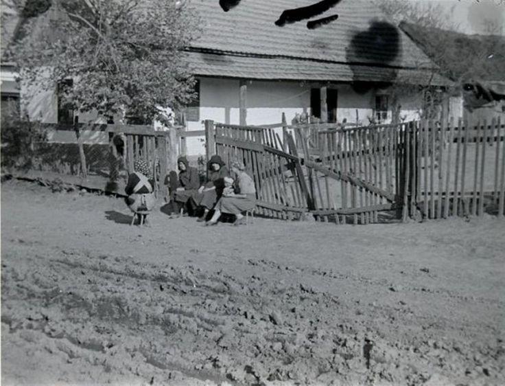 Tanyázás a kapu előtt; Tiszaigar,Heves megye, 1950.